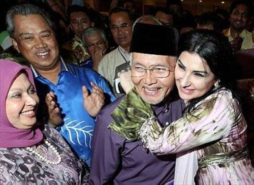 Taib Mahmud Won Sarawak Election WIfe Hug
