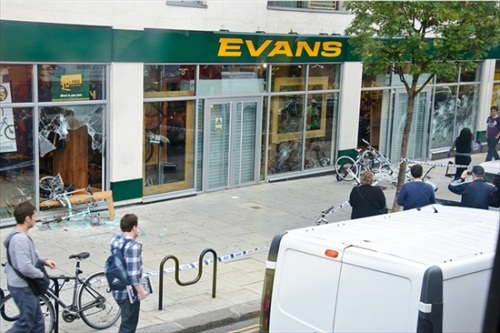 London-Riot-evans-cycles-shop-in-chalk-farm-afterward