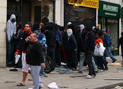 London-Riot-looters-and-onlookers-gathered-outside-a-foot-locker-on-walworth-road