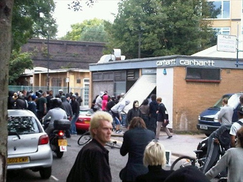 London-Riot-looters-break-into-a-shop-in-broad-daylight-in-hackney