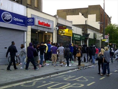 London-Riot-looters-break-into-shops-in-broad-daylight