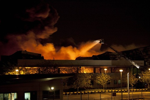 London-Riot-police-put-out-a-blaze-in-sony-warehouse