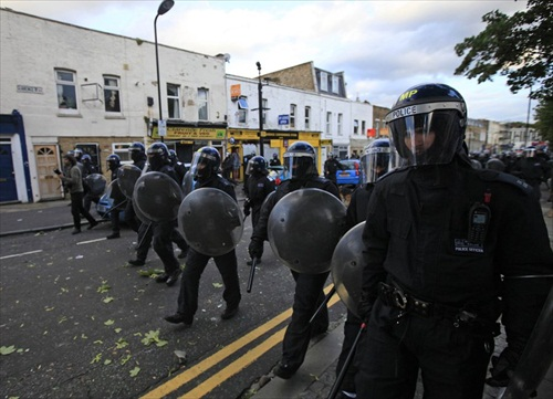 London-Riot-police-waiting-for-the-night-on-walworth-road