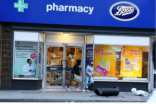 London-Riot-two-looters-run-away-from-a-boots-pharmacy-on-walworth-road