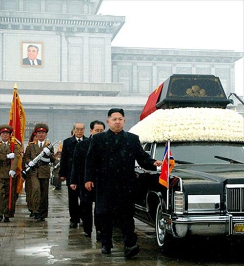 Kim-Jong-Il-Funeral_Jong_Un_besides_convoy