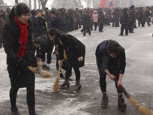 Kim-Jong-Il-Funeral_Sweep_Snow_before_procession