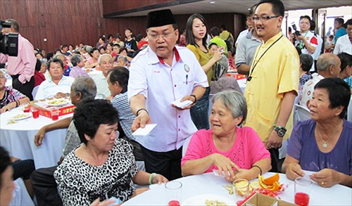 CNY Ibrahim Ali Giving White Envelope