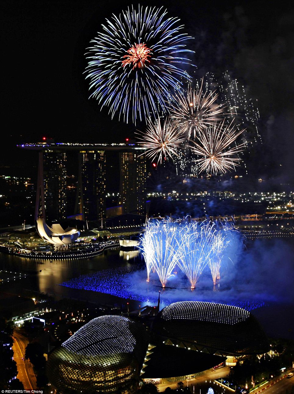 New Year 2012 Fireworks - Singapore Marina Bay