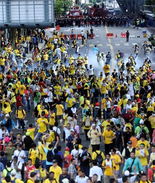Bersih 3.0 Demonstrators Running Away From FRU Tear Gas