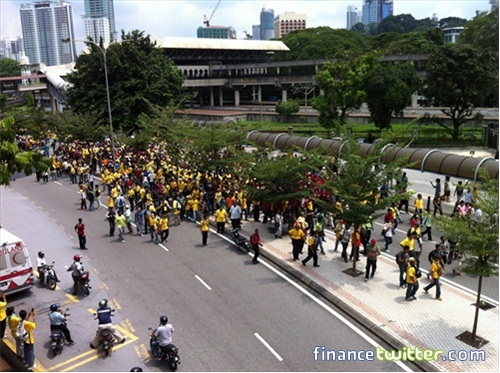 Bersih 3.0 FinanceTwitter Crowd From Jln Tun Sambanthan 2