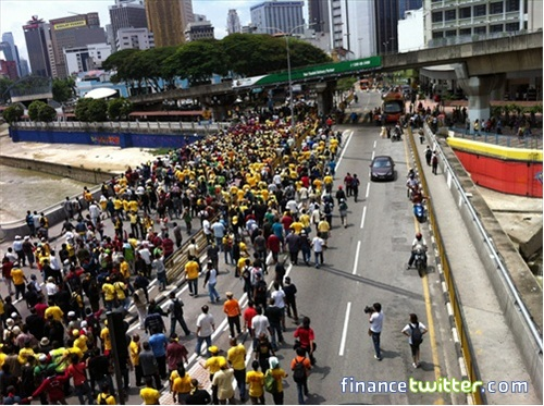 Bersih 3.0 FinanceTwitter Crowd Going To Menara Maybank 1
