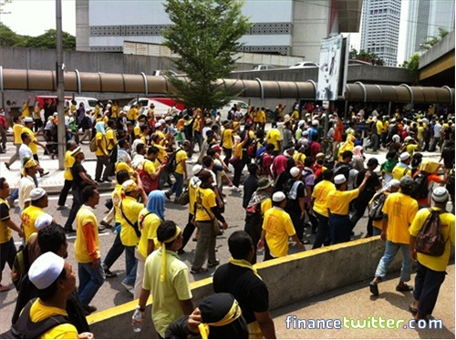 Bersih 3.0 FinanceTwitter Crowd Going To Menara Maybank 6