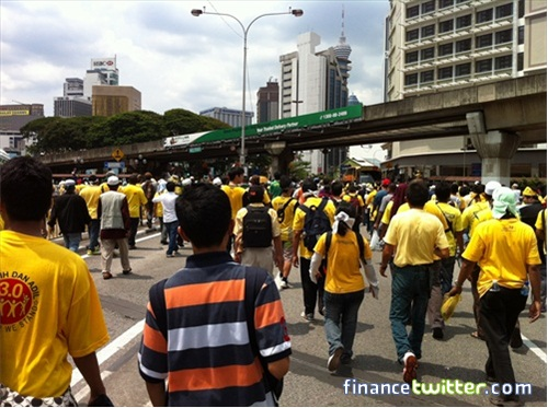Bersih 3.0 FinanceTwitter Crowd Going To Menara Maybank 7