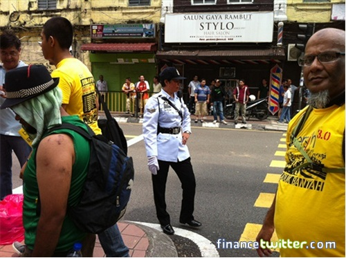 Bersih 3.0 FinanceTwitter Crowd Reaching KotaRaya Policewoman 4