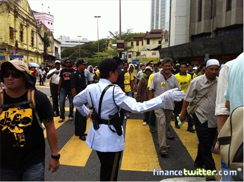 Bersih 3.0 FinanceTwitter Crowd Reaching KotaRaya Policewoman 5