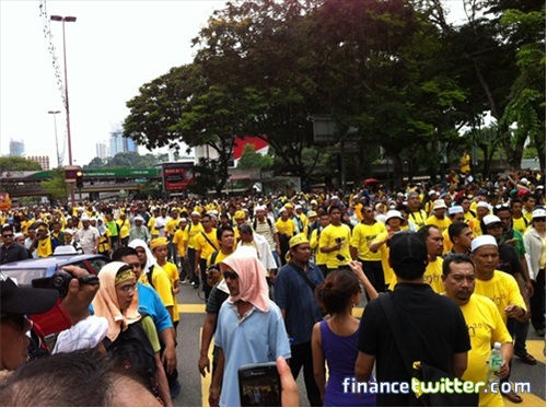 Bersih 3.0 FinanceTwitter Crowd Reaching Menara Maybank 1