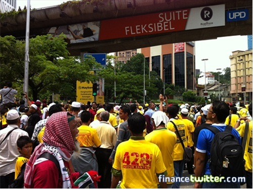 Bersih 3.0 FinanceTwitter Crowd Reaching Menara Maybank 2