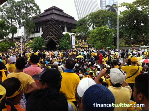 Bersih 3.0 FinanceTwitter Crowd Reaching Menara Maybank 9