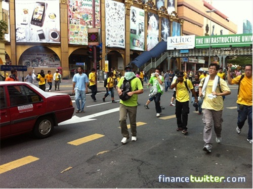 Bersih 3.0 FinanceTwitter Crowd Running After Tear Gas 1