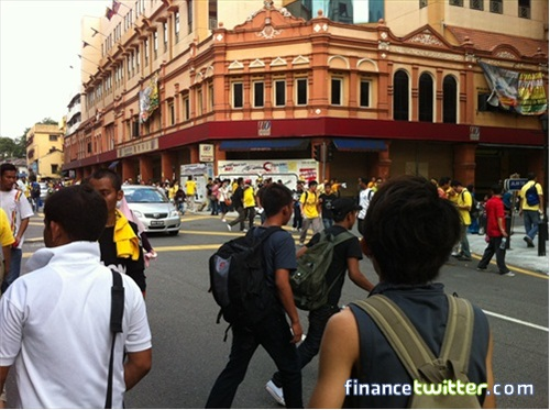 Bersih 3.0 FinanceTwitter Crowd Running After Tear Gas 2
