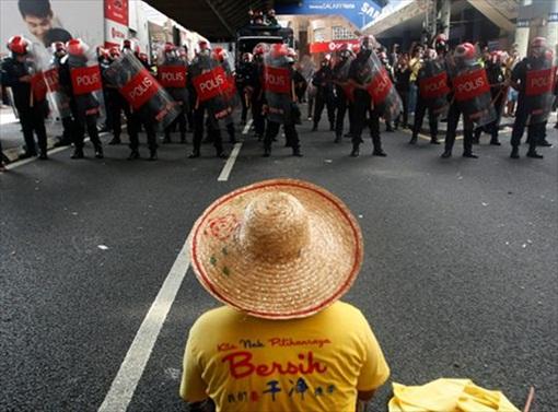 Bersih 3 - Straw Hat Man vs Police