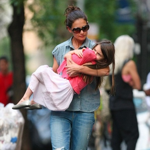 Katie Holmes saving Suri from Scientology