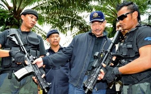 Sabah Invasion - Hishammuddin Hussein rifle 2