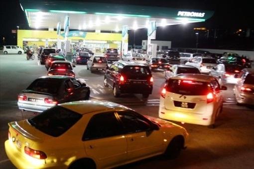 Fuel Hike - Car Long Queue