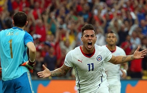 2014 FIFA World Cup - Eduardo Vargas celebrates after giving Chile the lead against Spain in the World Cup