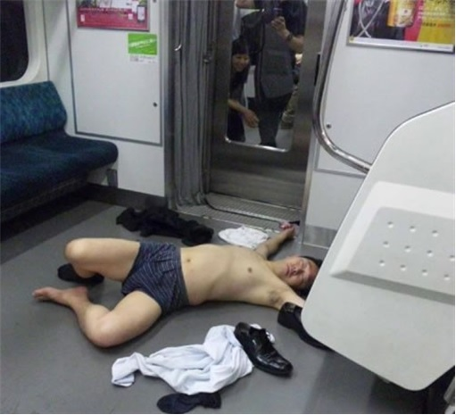Japanese Culture - Drunken Sleeping in Public - 3