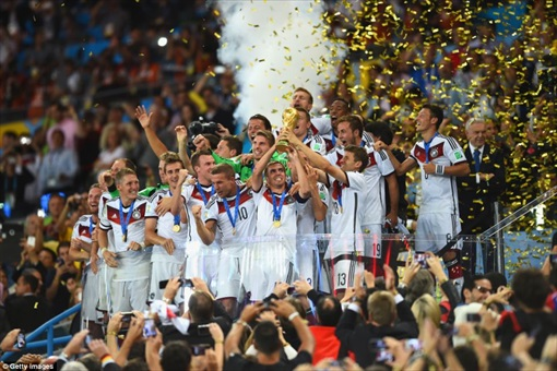 2014 FIFA World Cup - Germany Celebrates 1-0 Win Against Argentina - Lifting Trophy -3