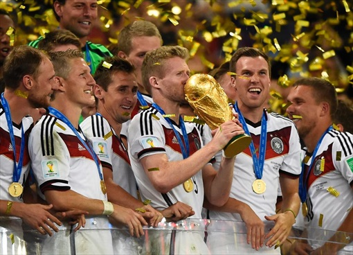 2014 FIFA World Cup - Germany Celebrates 1-0 Win Against Argentina - Lifting Trophy -4