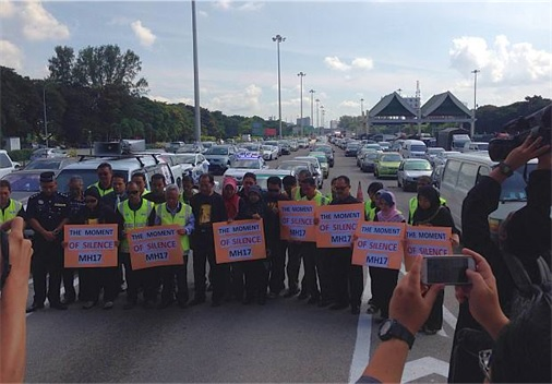 Malaysian Flight MH17 Victims Return Home - Motorists pay moment of silence at Penang Bridge