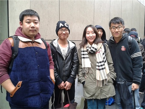 Apple Fans Camped for iPhone 6 in Australia - Four Chinese Students