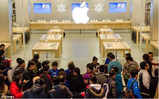 Apple Fans Queue for iPhone 6 in Australia - inside Apple Store - 1