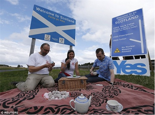 Scotland Independence - Picnic behind Yes Signboard