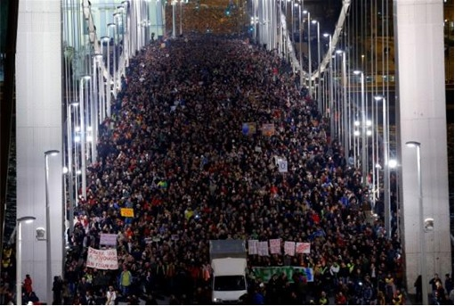 Hungary Internet Tax Protest - Tens of Thousands