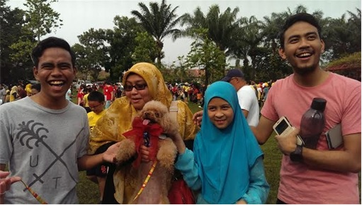 Malaysia I Want To Touch A Dog Event - Muslim Family Happily Carrying A Dog