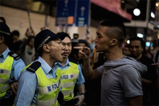 Why this police prefers to shout without the guts to arrest the thuggish man, even though the triad gangster seemed to instigate a fight and challenge the Hong Kong police