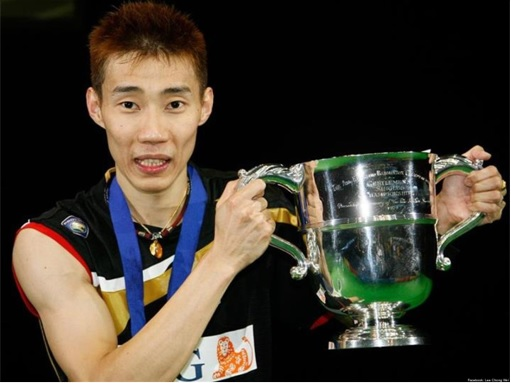 Lee Chong Wei Holding Trophy