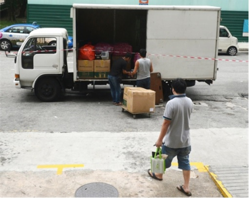 Mobile Air Jover Chew - Moving Stuffs into Lorry