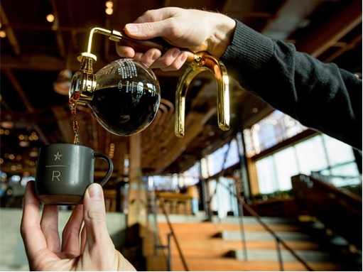 Starbucks Reserve Roastery - pouring coffee to a cup