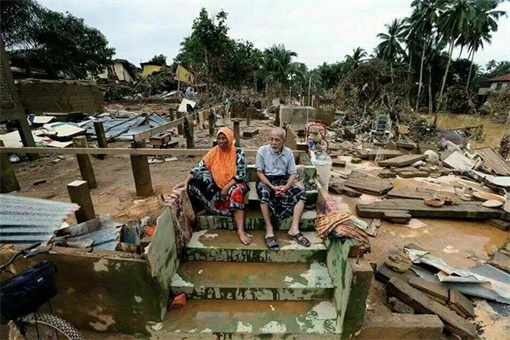 Malaysia in Flood - Old couples waiting for helps