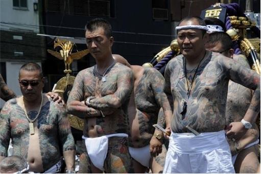 Yakuza Yamaguchi-gumi members - tattooed bodies