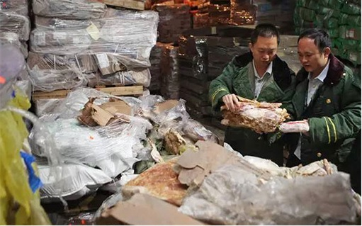China Smuggled 40-Year-Old Meat Scandal - Officials Inspecting Meat