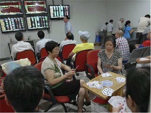 China Stock Market - Housewives and Retirees Betting Stocks - Play Cards