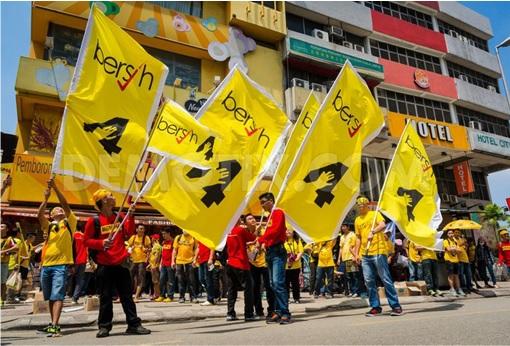 Bersih 4.0 - Crowd Waving Huge Bersih Flag