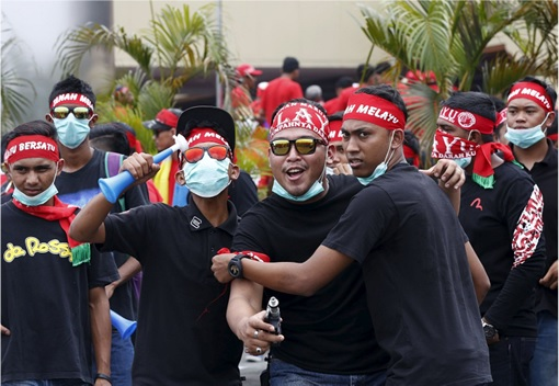 UMNO Red Shirts Rally Charming Message - Black Shirt Youngsters