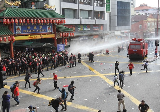 UMNO Red Shirts Rally Charming Message - FRU Police Unleashes Water Cannon At Petaling Street Entrance