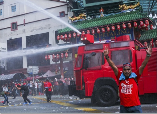 UMNO Red Shirts Rally Charming Message - FRU Police Unleashes Water Cannon With Red Shirt Raising Hands